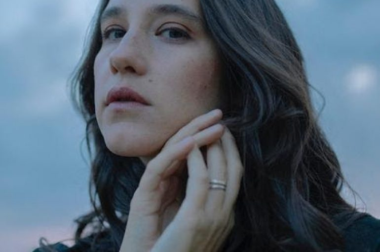 """XIMENA SARIÑANA abre la puerta a la femineidad en su nuevo single """"A NO LLORAR"""""""